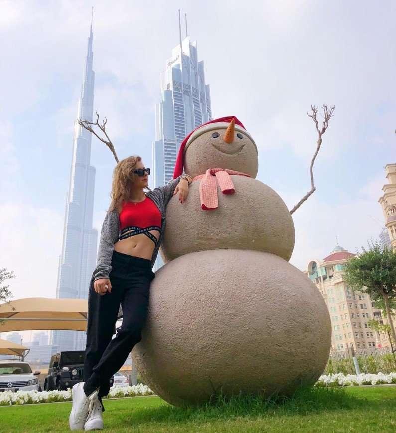 «Хороший новогодний парень»: Лиза Арзамасова повстречала нетающего снеговика
